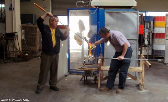 Dos artesanos fabricando una jarra de cristal de Waterford