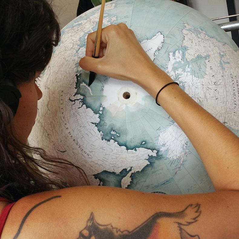 Globos terráqueo hechos a mano por uno de los últimos fabricantes de globos terráqueo en la Tierra