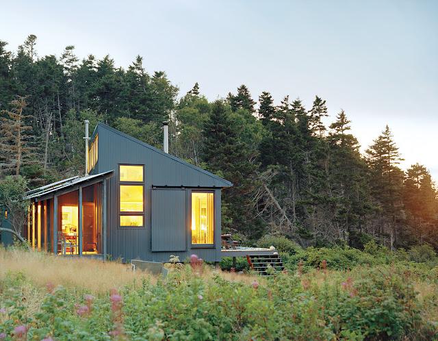 Metallverkleidetes Haus an der Küste von Main