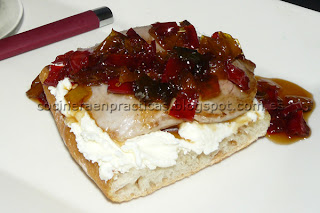 Tosta de Solomillo con Queso y Pimientos caramelizados