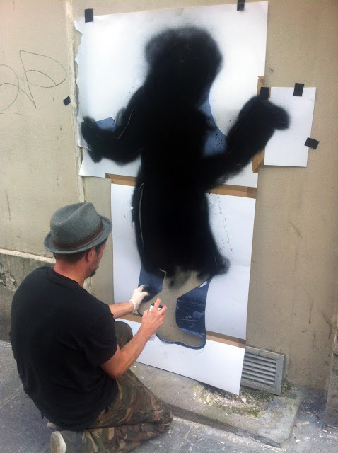 street artist nick walker working in paris
