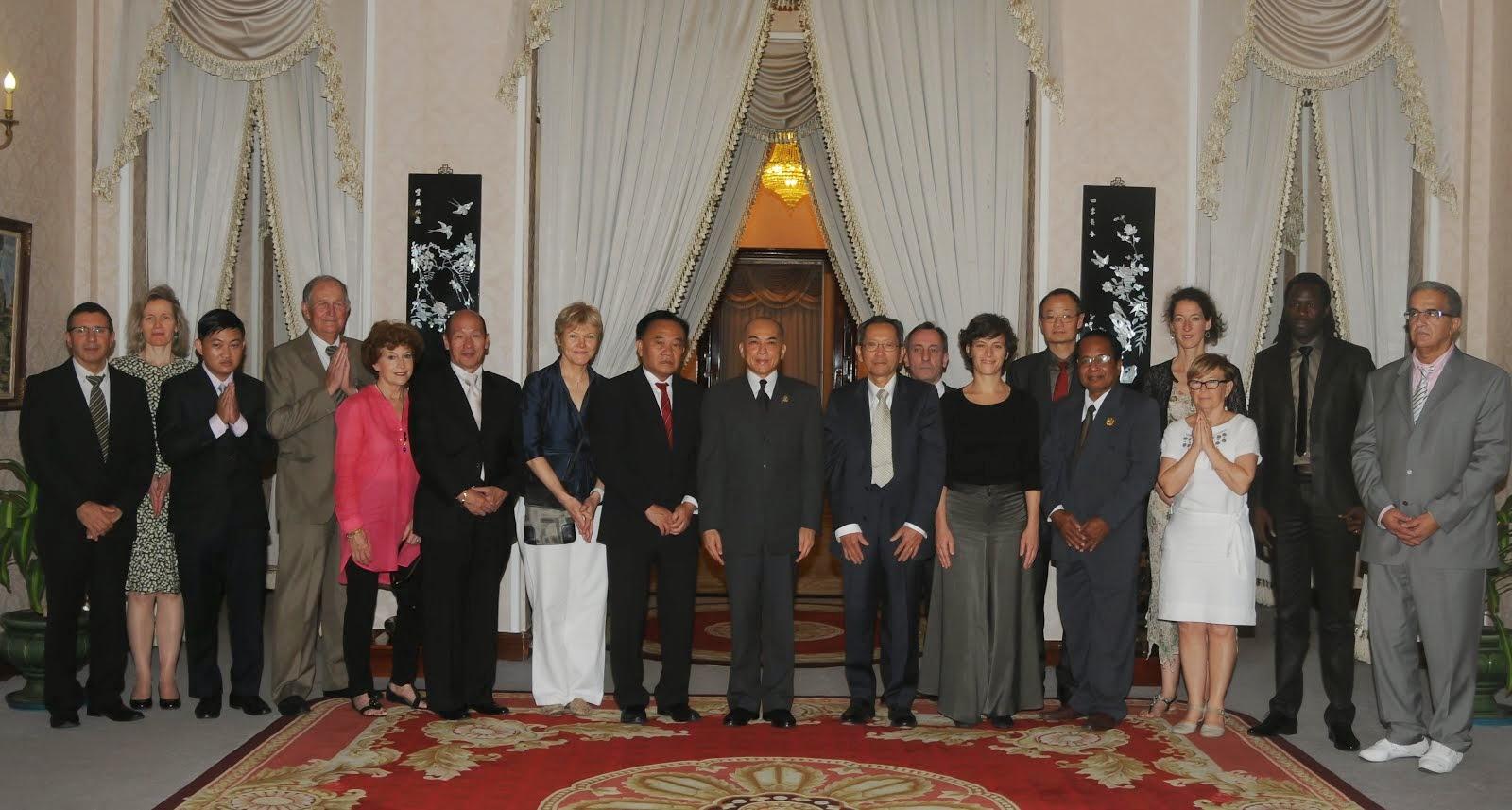 Réception d'A.I.R. Khmer par le roi du Cambodge