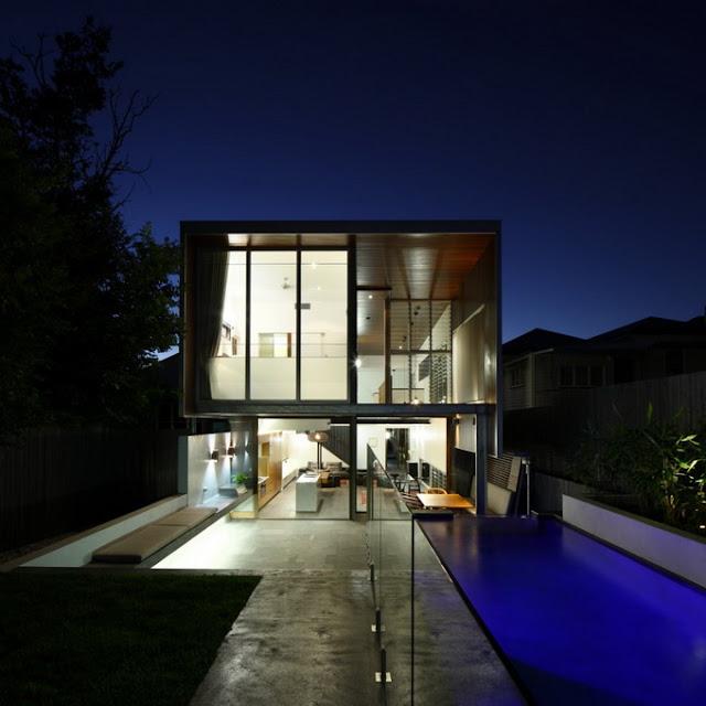 Стеклянный дом с бассейном