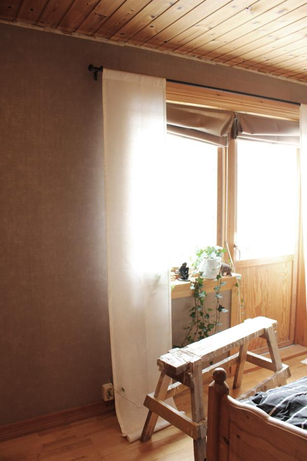 Före och efter renovering i sovrum. Måla om från furutak till vitt tak. Måla snickerier från furu till vitt. Lägga in heltäckningsmatta. Sätta liggande panel på en av väggarna i sovrum.