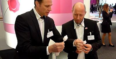 Origamikünstler Rudolf Deeg auf der CeBIT 2013