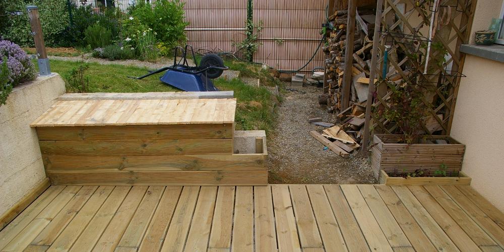 de jardin avec jardinière à gauche, cascade de jardinière à droite