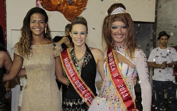 Mariana Ximenes posa entre a rainha de bateria da Viradouro, Dandara Oliveira, e Dominique Lorran (Foto: Isac Luz)