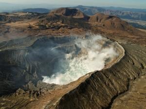 Gunung+Aso,+Jepang 5 Gunung Api Spektakuler yang Wajib Dikunjungi