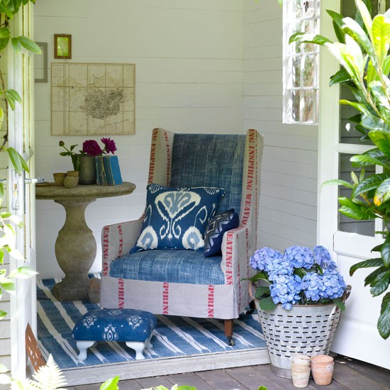 Design therapy add some color to your garden for Summer house furniture ideas