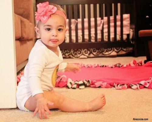 Image bébé fille qui tire la langue