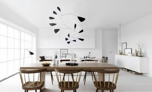 Über Küchentisch hängt statt einer Lampe ein Mobile