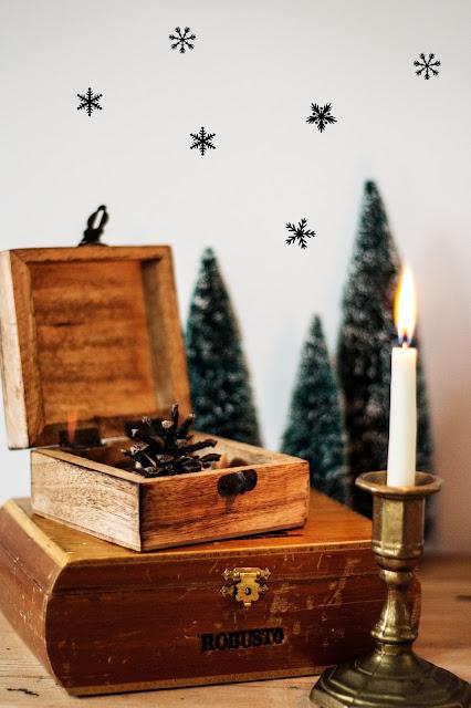 alte Zigarrenkiste, Weihnachtsdekoration, Dekotanne, Kerzenständer Messing