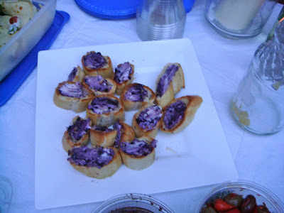 Crostini with blueberries and goat cheese