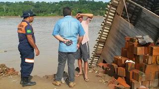 Famílias que foram alojadas em barracas de emergência por conta da enchente em Boca do Acre retornam para suas casas