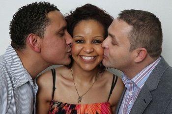 بريطانية تقيم مع زوجها وعشيقها تحت سقف واحد - رجلان يقبلان امرأة - two men kiss woman
