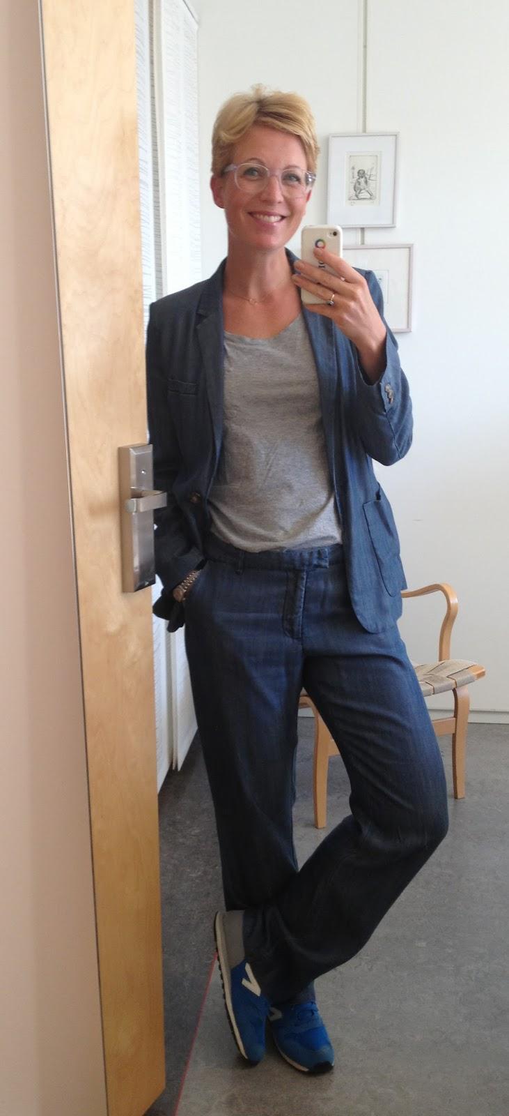 mörkblå kostym dam