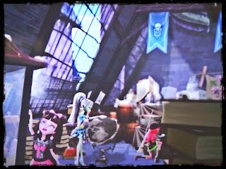sale el ático de Monster High, donde encuentran la lámpara de