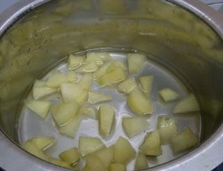 Buah Epal di kupas kulit dan dipotong kecil-kecil