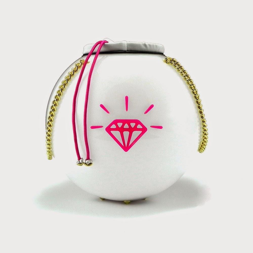 http://www.millenniumstar.it/new-moon-bag/1196-moon-bag-white-raimond-borsa-da-donna-in-plexiglass-e-lycra-con-luce-touch.html