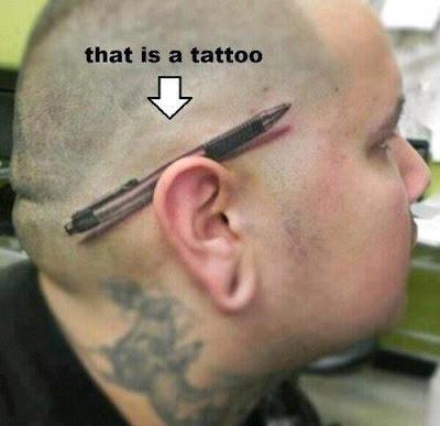 Kugelschreiber Tattoo über dem Ohr