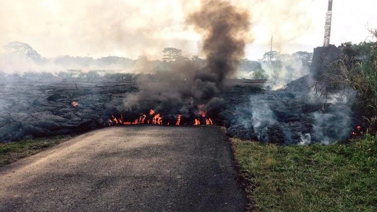 Flujo de lava del volcán Kilauea cubre una carretera