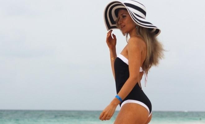 Olá, meninas! Hoje, apresento-vos um Look que usei na praia Bávaro, em Punta Cana. Os fatos-de-banho são peças extremamente elegantes. Além disso, são muito práticos e alongam a silhueta. Look do dia/Outfit. Primavera/Verão 2015. Looks de praia. Riscas, preto e branco. Fato-de-danho Phax, BikiniKloset. República Dominicana, Punta Cana. Viagens. Blog de moda portugal. Fashion Blog. Zara hat. Black and white swimsuit. Dicas de moda e Imagem.