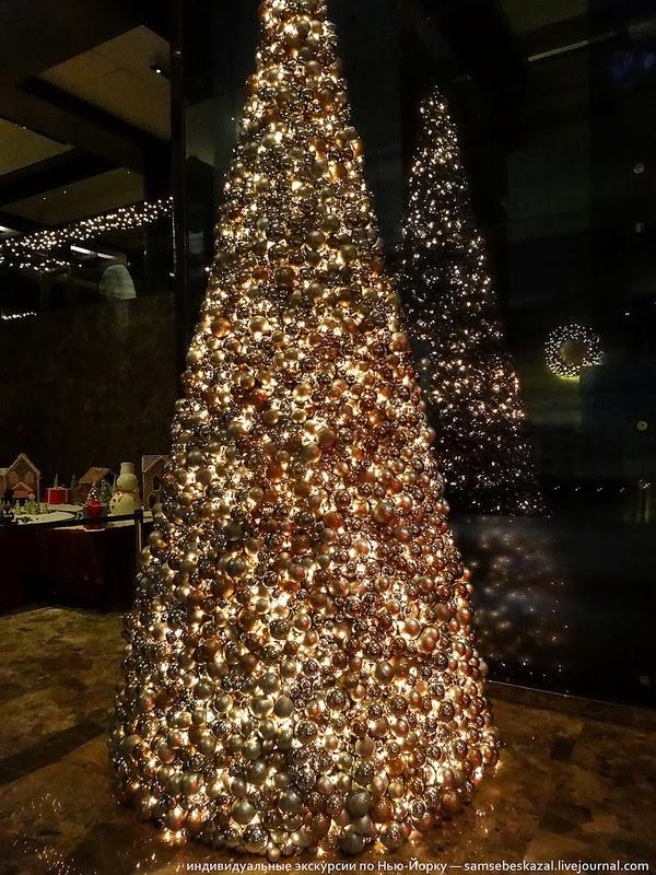 Елка из шаров в холле отеля Хайят