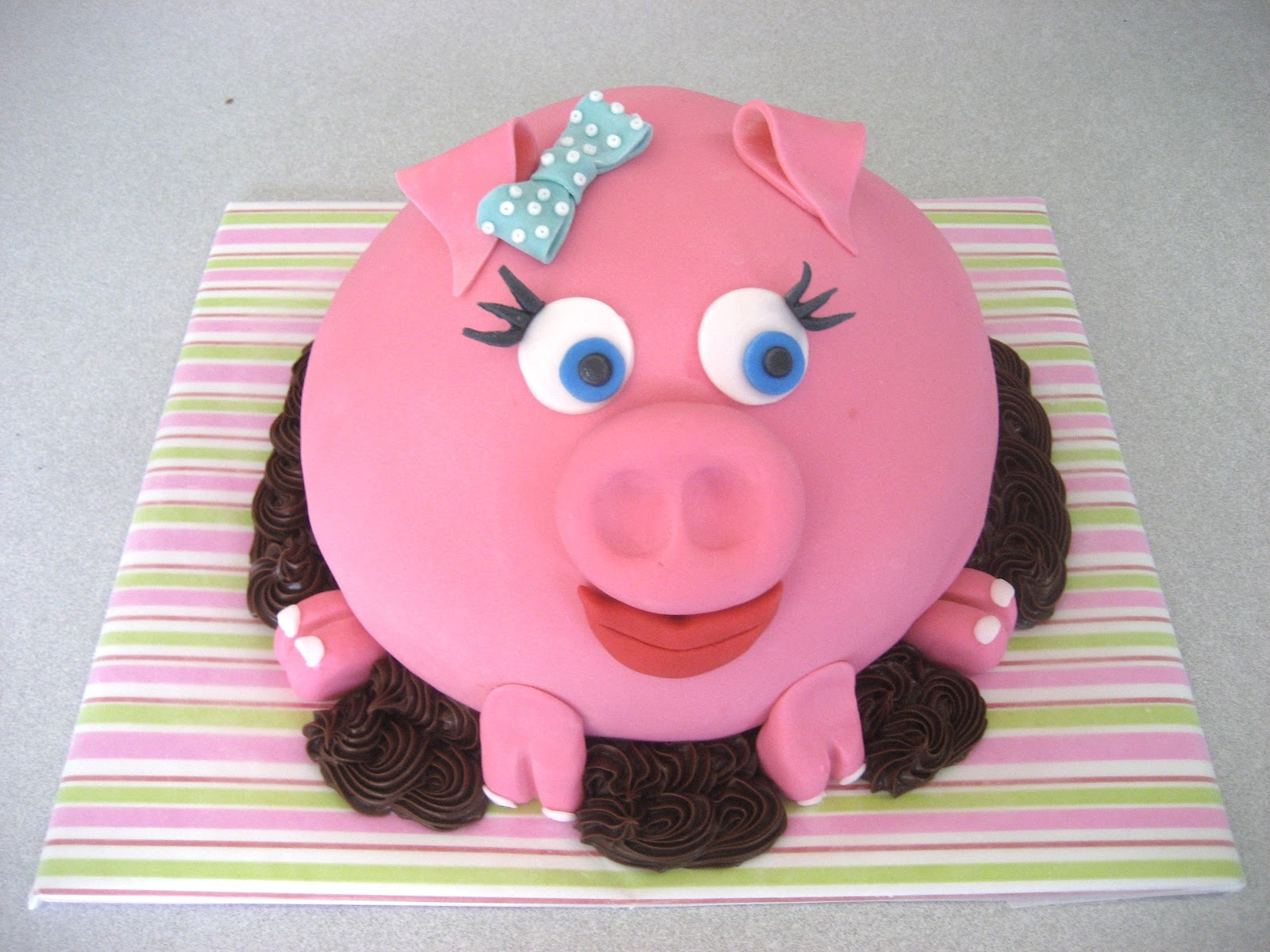 Devanys Designs: Pink Pig Cake
