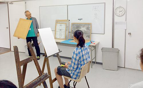 横浜美術学院の中学生教室 美術クラブ 夏休み美術教室  レクチャーの様子