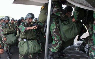 TNI AD penerjunan malam di kalimantan