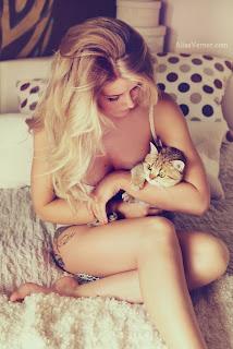 Cewek Seksi Dengan Kucing