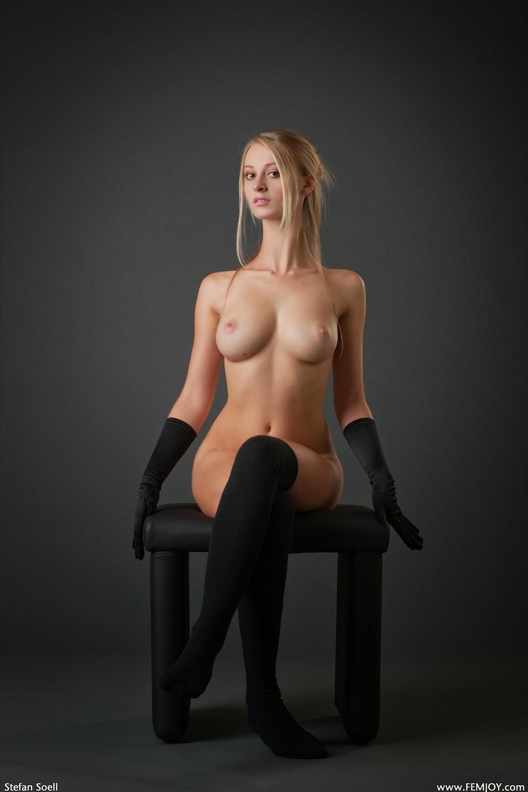 девушка на стуле фото