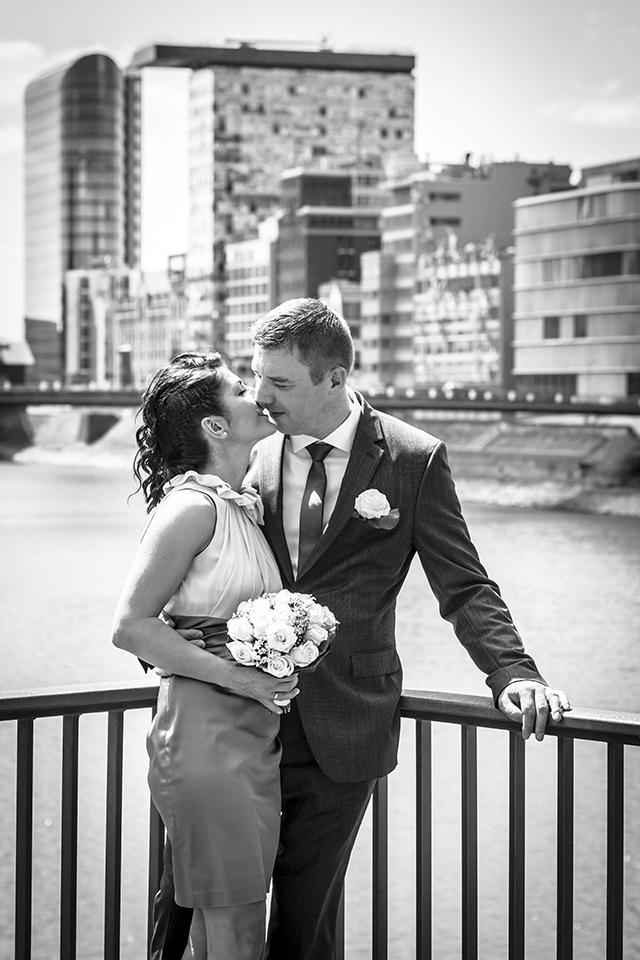 Kuss vom Brautpaar im Medienhafen