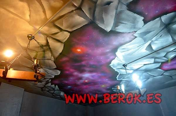 Graffiti mural trampantojo de techo roto y fondo del Universo