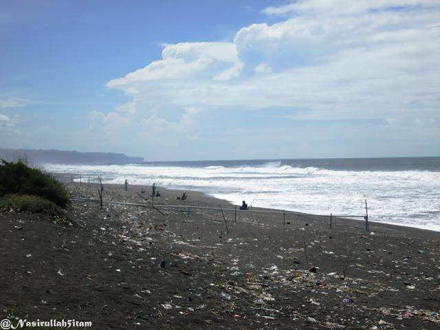 Sampah berserakan di pasir