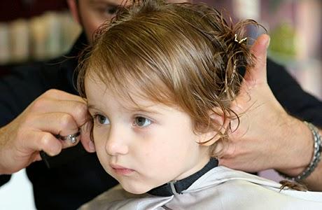 Mencukur sendiri rambut anak bayi