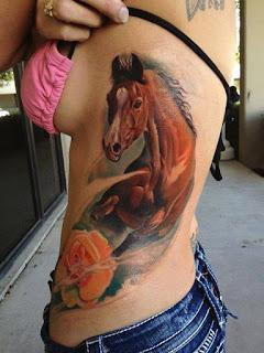 Tatuagem de cavalo na lateral do corpo