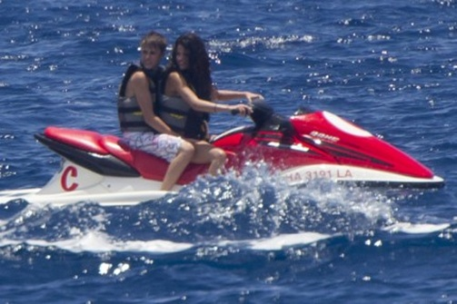 selena gomez and justin bieber 2011 hawaii. Justin selena gomez and justin