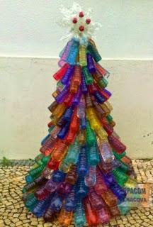http://manualidadesdehogar.com/arbol-de-navidad-colorido-hecho-con-botellas-recicladas/
