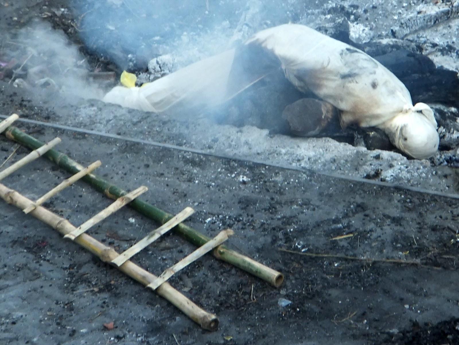 труп бедного индуса ждет кремации
