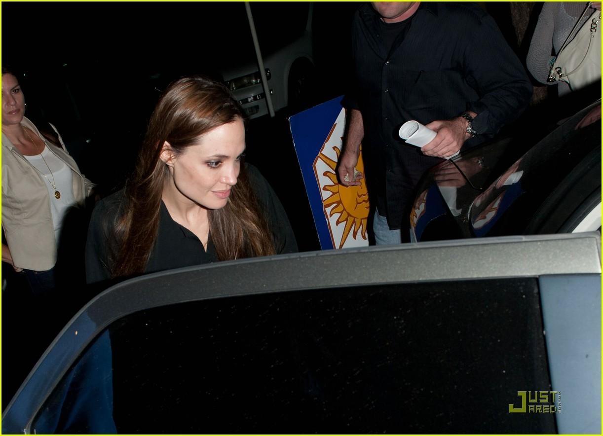 http://2.bp.blogspot.com/-aKmQoR9zp_Q/Tibm8YpqG2I/AAAAAAAADh4/Xqygejd4rSc/s1600/angelina-jolie-cenando-blog-de-las-celebridades-del-momento2.jpg