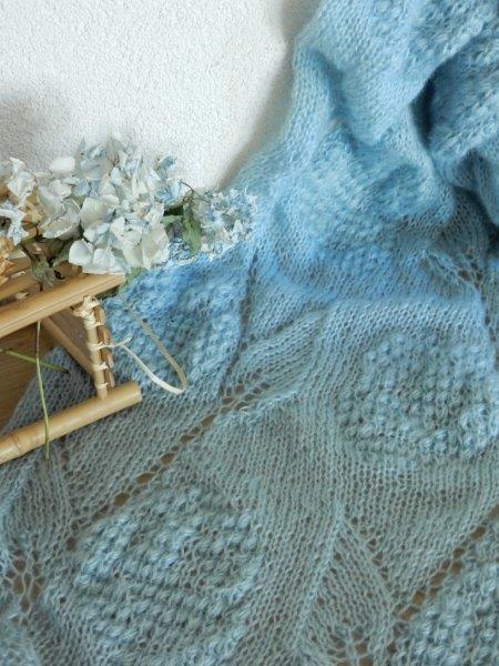 TE KOOP : licht blauwe shawl.