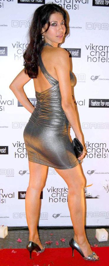 Vida Samadzai Hot Sexy Back, Vida Samadzai in High Heels, Vida Samadzai Sexy Legs, Vida Samadzai Hot Thighs, Vida Samadzai in Tight Dress, Vida Samadzai in Silver Dress