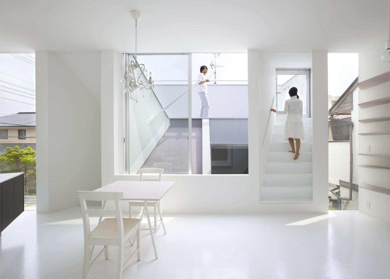 Slice of the city in total white by alphaville arc art for Casa moderna total white