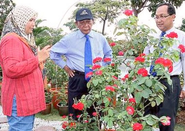 In full bloom: Trader Rohani Bujang (left) talking to Putrajaya Corporation president Tan Sri Samsudin Osman and Landscape and Parks director Mohamad A. Shukor.