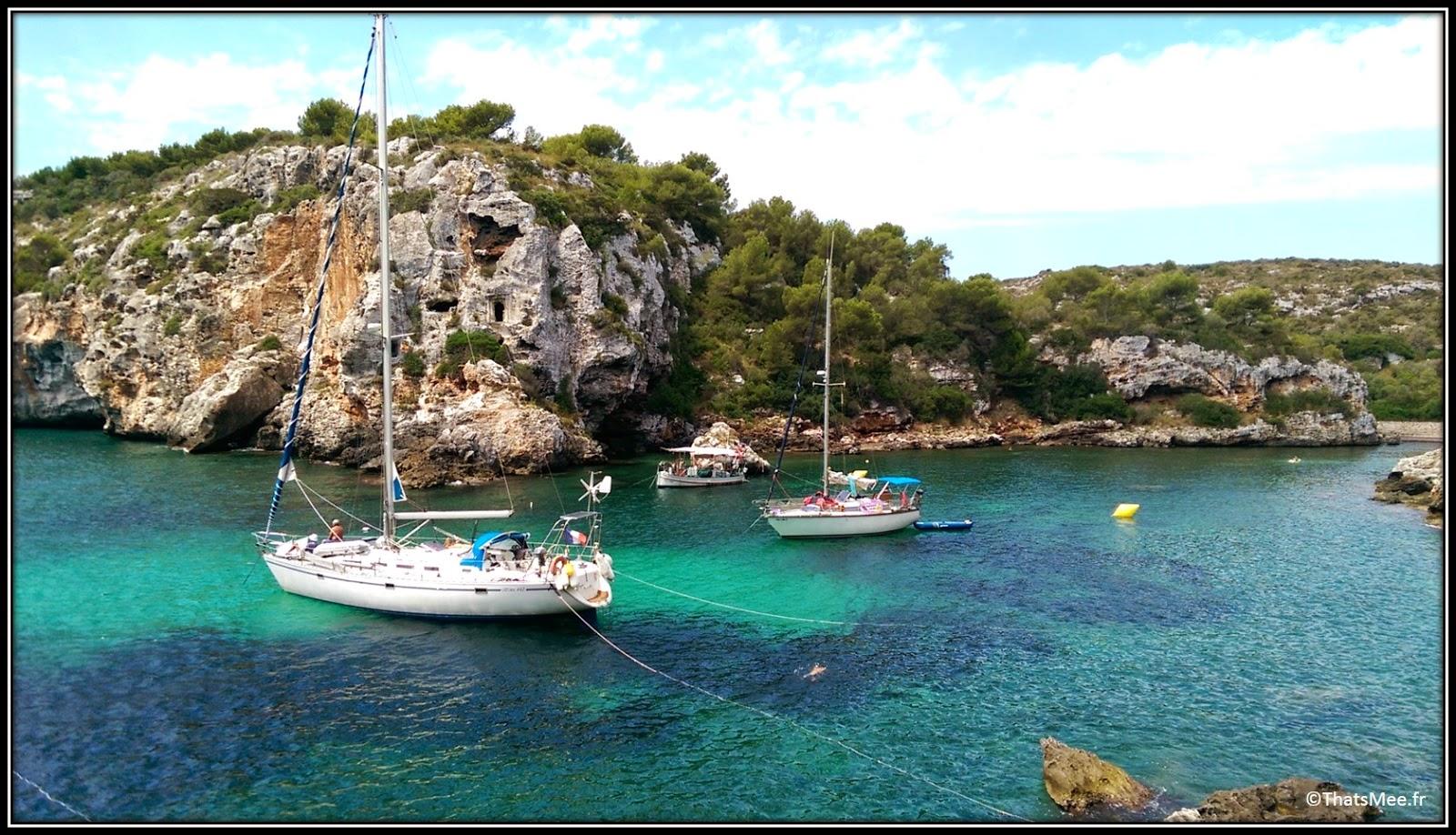 Calas Coves , grottes caves creusées terre Voiliers Minorque