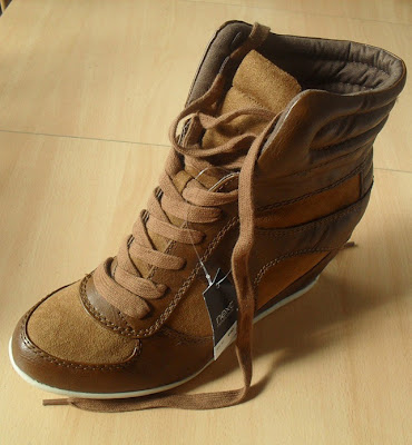 Next high top wedge front view