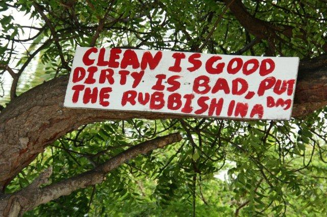 Cartel Clean is good dirty is bad Put the rubbish in a bag en una playa de Antigua