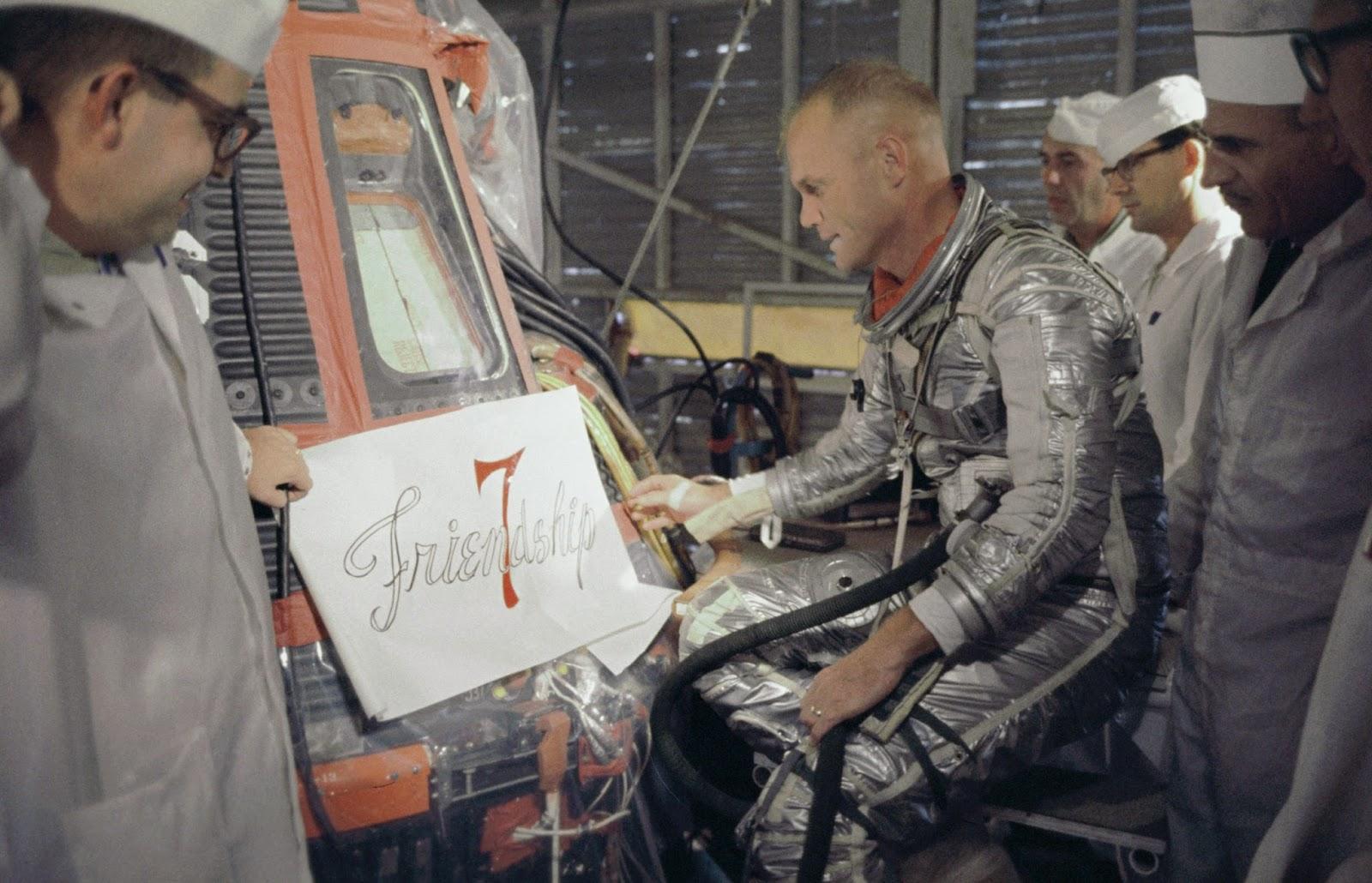 John Glenn inspeccionando la cápsula Friendly 7