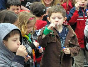 Most people blowing bubbles photo, Most people blowing bubbles picture, Most people blowing bubbles video, blowing bubbles Guinness world record, elementary school blowing bubbles